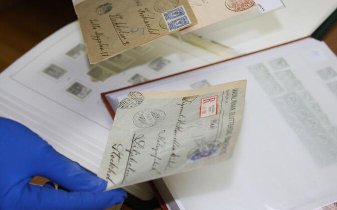 Сотрудники Витебской таможн обнаружили в личных вещах гражданина Эстонии около 2500 почтовых марок и конвертов с наклеенными марками.