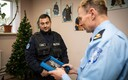 Полицейский Алар получает памятный сувенир
