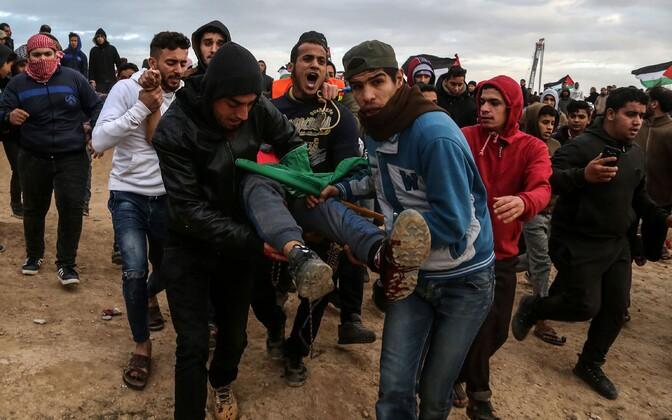 Palestiina meedikud kandmas kokkupõrgetes Iisraeli vägedega haavata saanud meest.