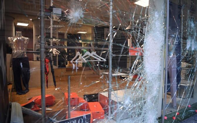 Nn kollaste vestide protesti käigus rüüstatud kauplus Pariisis.