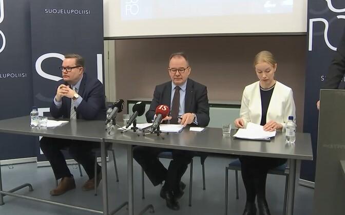 Soome kaitsepolitsei pressikonverents, keskel Supo juht Antti Pelttari.