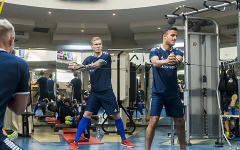 Joonas Tamm (vasakul) trennisaalis.