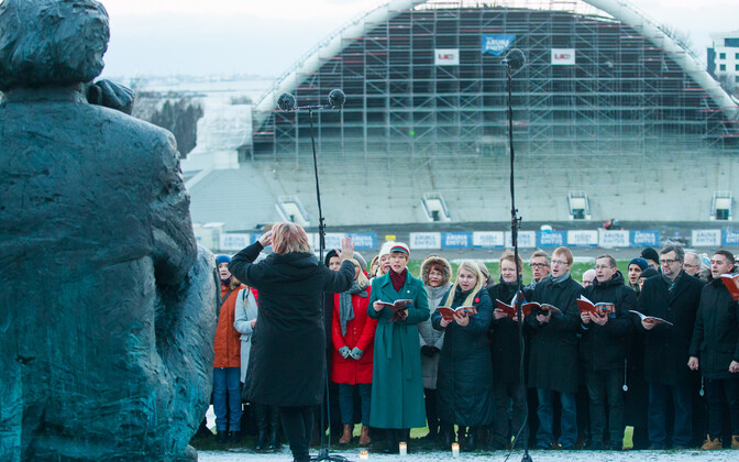 Choirs gathered around the Ernesaks statue at the Song Festival Grounds to sing in honour of the maestro's 110th birthday. President Kersti Kaljulaid picured in the front row, wearing the cap of the sorority korp! Filiae Patriae. 12 December 2018.