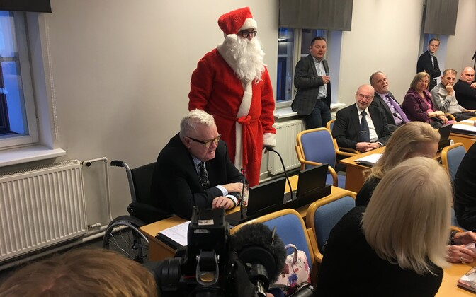 Edgar Savisaar showed up for the final Tallinn City Council meeting of the year, which was also attended by Santa Claus. 13 December 2018.