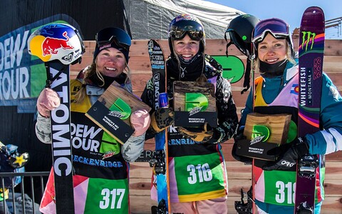 Kelly Sildaru (Centre), together with competitors Tess Ledeux (France) and Maggie Voisin (US) at the Dew Tour.