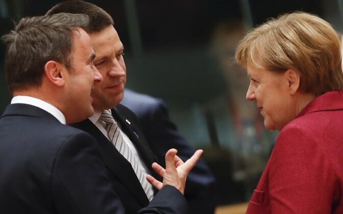 Jüri Ratas (keskel) Luksemburgi peaministri Xavier Betteli ja Saksamaa liidukantsleri Angela Merkeliga Euroopa Ülemkogul.