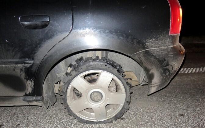 Автомобиль с простреленными шинами потерял скорость и остановился.