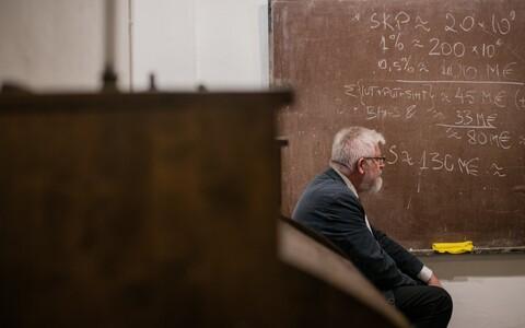 Eesti Teaduste Akadeemia president Tarmo Soomere vaatamas arvutust Eesti teaduse rahastusest.