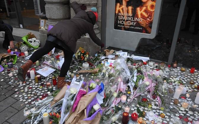 Küünlad ja lilled Strasbourg'i rünnakus hukkunute mälestuseks.