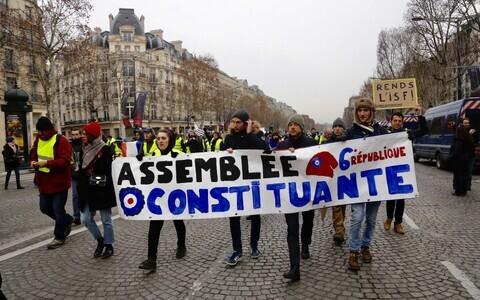 Акция протеста желтых жилетов в Париже.