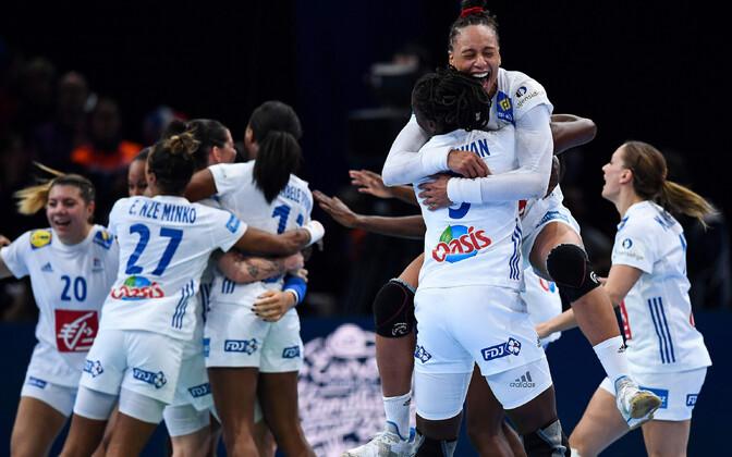 Prantsusmaa naiskond rõõmustab finaali pääsemise üle.