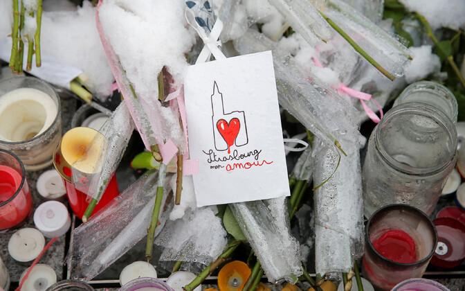 Terrorirünnaku ohvrite mlestamiseks toodud likked Strasbourg'is.