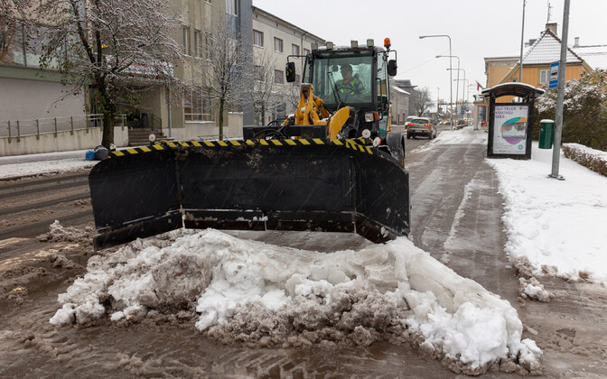 Snow clearing in process on a Tallinn street, 17 December. 2018