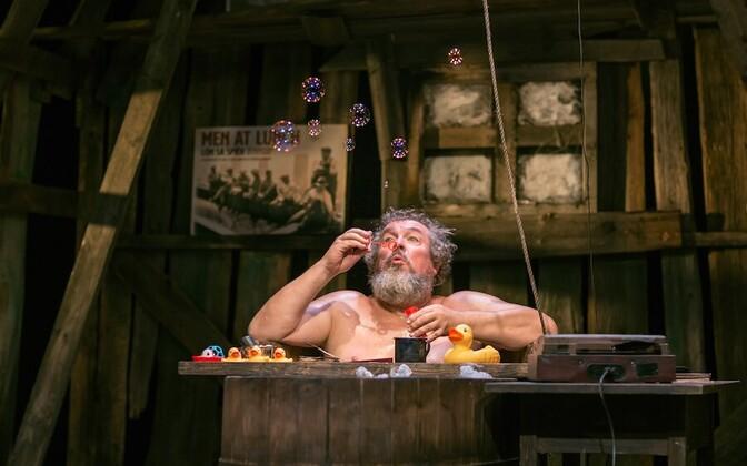 """Jaan Rekkor pälvis Meespeaosa Suure Antsu Hugh' rolli eest lavastuses """"Mõnus maatükk""""."""