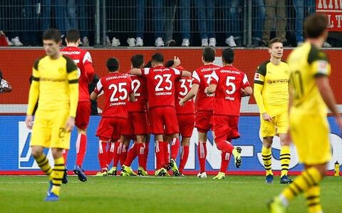 Düsseldorfi mängijad (punases) väravat tähistamas