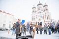 Miitingud Riigikogu juures ja välisministeeriumi ees, mikrofoniga korraldaja Maria Kaljuste