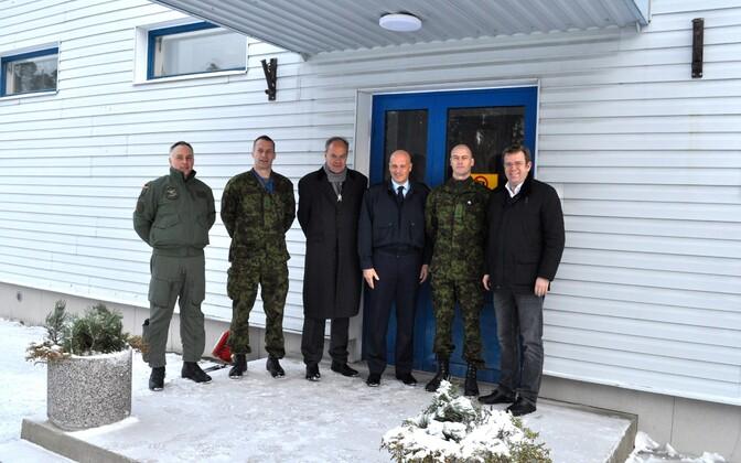Saksamaa õhuväe ülem  Ingo Gerhartz (paremalt kolmas) külastas Ämari lennubaasi.