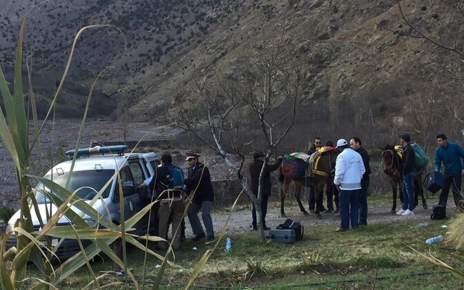 Politseitöötajad Maroko mägedes mõrvakoha lähedal.