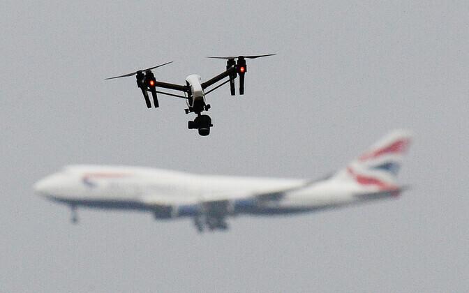 Droon ja reisilennuk.
