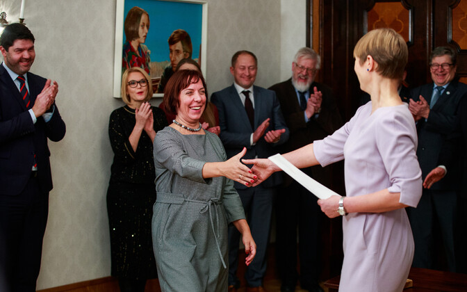 Minister of Education and Research Mailis Reps shaking hands with President Kersti Kaljulaid at the signing of the research funding agreement in December 2018.
