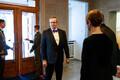 Vabariigi suure juubeli eel kutsus president Kaljulaid oma eelkäijad Kadriorgu einestama. Toomas Hendrik Ilvese ilme on selline, et ta on siin majas varem käinud või on ta just midagi kahtlast märganud.