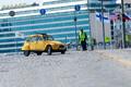 Желтый хиппимобиль перед президентским дворцом в Хельсинки.