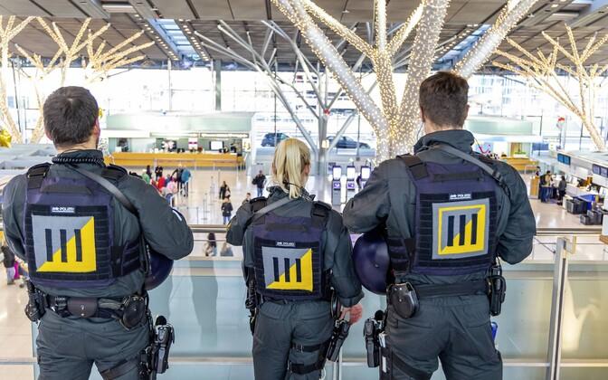 Politseinikud Stuttgardi lennujaamas.