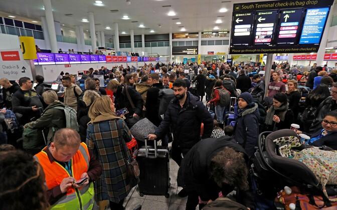 Пассажиры в аэропорту Гатвик.