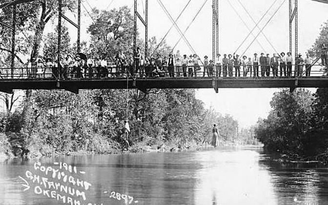 Laura ja L. D. Nelsoni lintšimine Oklahomas 1911. aastal. Juhtunu fotot müüdi tookord piirkonnas postkaardina.