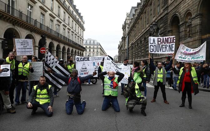 Протестующие около Лувра.