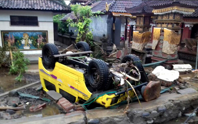 Последствия цунами в Индонезии - разрушенные дома и перевернутые машины.