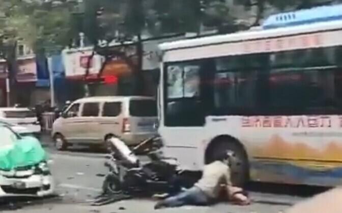 В Китае автобус врезался в людей.