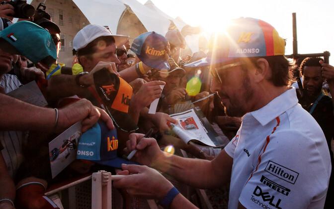 Vormel-1 karjääri lõpetanud Fernando Alonso fännidele autogramme jagamas