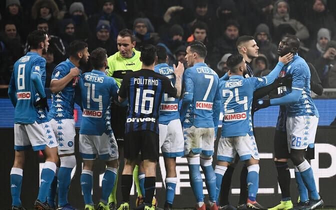 Napoli mängijad kohtunik Paolo Mazzoleni ümber