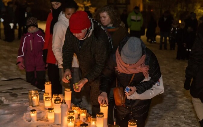 Arabianranta elanikud jõululaupäeval mõrvatud poissi mälestamas.