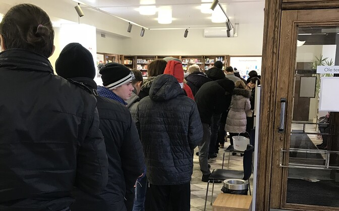 Queue at the Tõnismägi pharmacy in Tallinn over the Christmas break, one of only two pharmacies in Tallinn which remained open 24 hours during the holiday period.