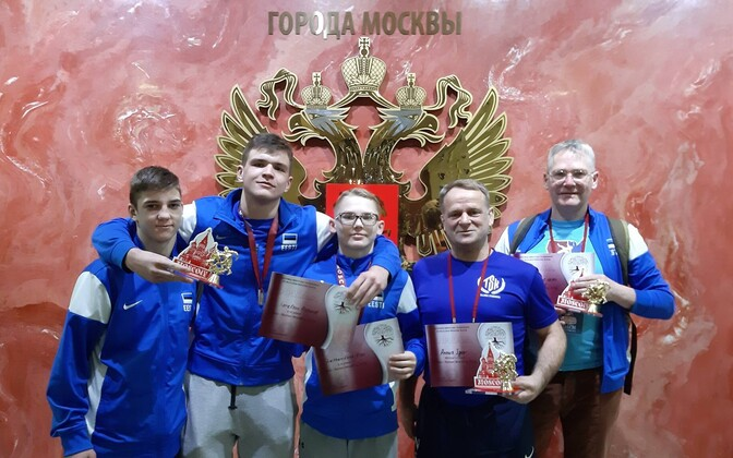 Richard Karelson (vasakult teine) ja Ekke Kõu Leitham (keskel) said Moskvas enda kaalukategoorias esikoha.