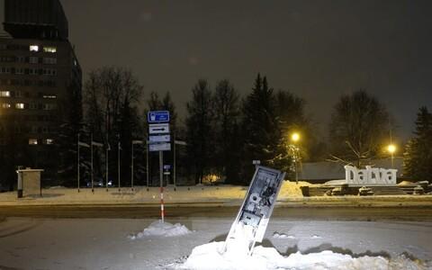На Петровской площади снегоуборочная машина сломала парковочный автомат.