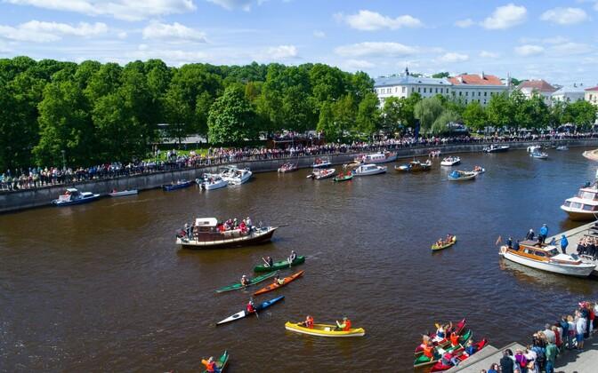 Tartu residents taking part in the Emajõekett (Emajõgi River Chain) protest in summer.