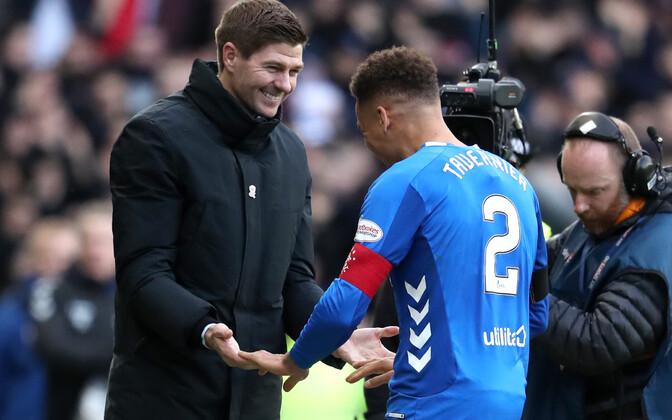 Steven Gerrard ja Rangersi kapten James Tavernier derbivõitu tähistamas
