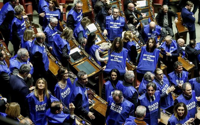 Forza Italia saadikud parlamendis eelarvehääletuse ajal.
