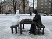 Снеговик у памятника Паулю Кересу в Нарве.
