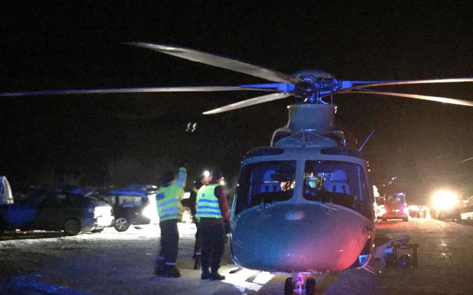 Otsingutel osalev helikopter.