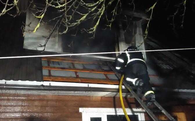 На втором этаже горящего дома обнаружили тело погибшего человека.
