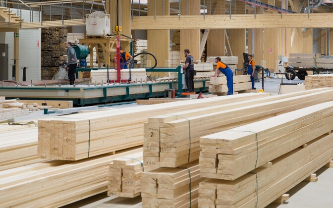 Employees at an Arcwood (Peetri Puit) factory in Põlva. Wood products helped boost Estonia's production figures in manufacturing in November 2018.