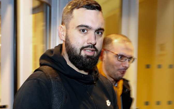 Eric Drouet (vasakul) ja tema advokaat Kheops Lara Pariisi kohtusaalis 23. detsembril pärast mehe esimest kinnipidamist.