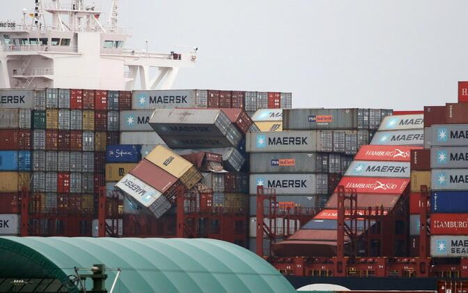 С судна в море упали контейнеры.