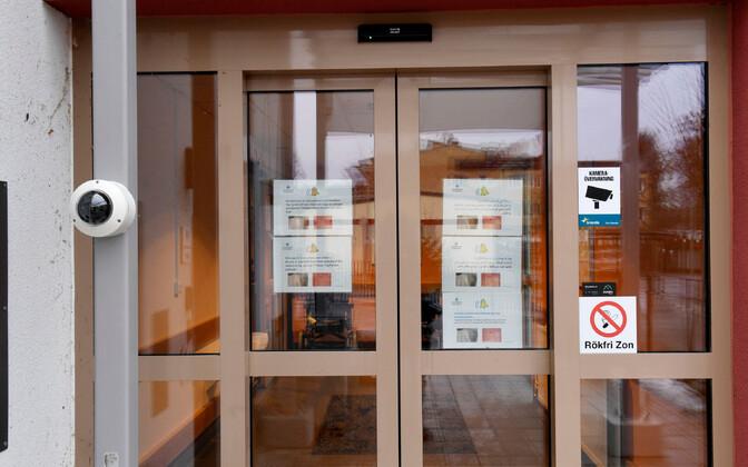 Ebola-kahtluse tõttu suletud Enköpingi kliiniku uks.