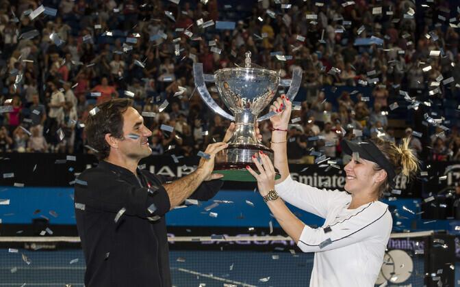 Roger Federer ja Belinda Bencic võidukarikaga,