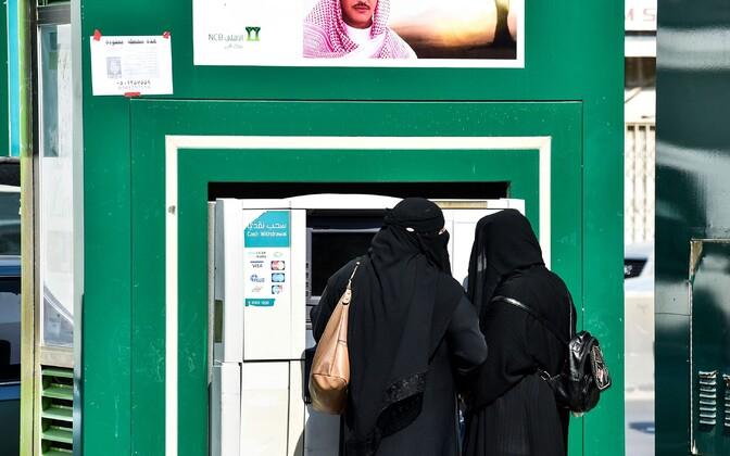Saudi naised pangaautomaadi juures.